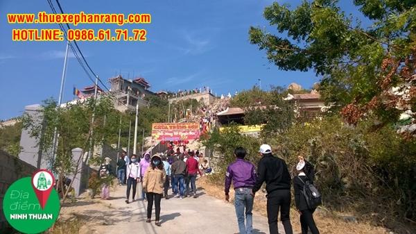 Để lên được chùa du khách phải đi Tam cấp cao để di chuyển lên Trùng Sơn Cổ Tự