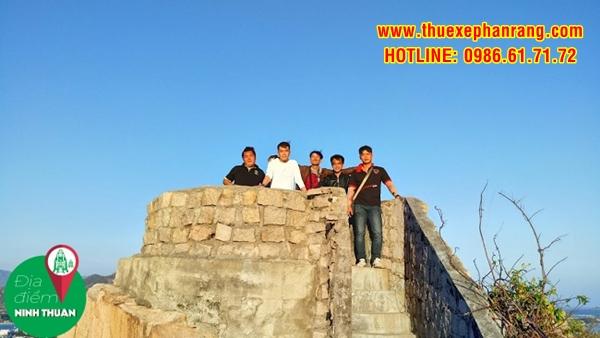 Trên đỉnh di tích lịch sử núi Đá chồng